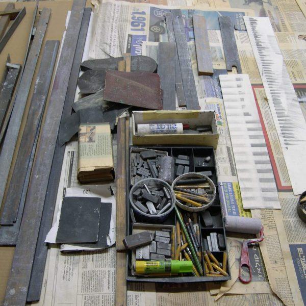 בסטודיו - שולחן העבודה על נייר